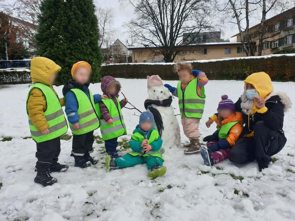 Schneemann bauen - Kinderkrippe und WaldkinderkrippeBlluemli in Zuerich Witikon