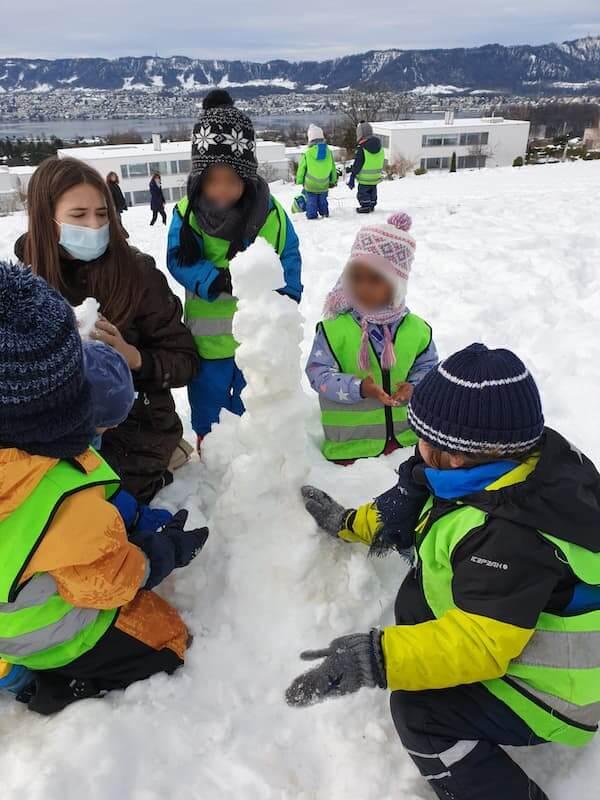 Spielen im Schnee - Kinderkrippe und Waldkinderkrippe Blüemli in Zürich Witikon