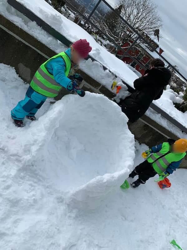 Wir bauen ein Iglu - Kinderkrippe und Waldkinderkrippe Blüemli in Zürich Witikon