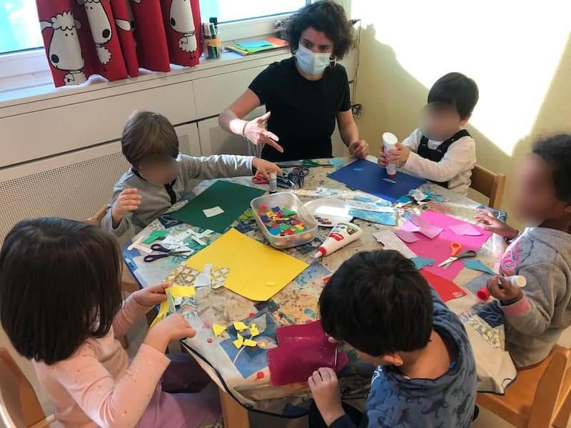 Basteln und dabei Farben lernen - Kinderkrippe und Waldkinderkrippe Blüemli in Zürich Witikon