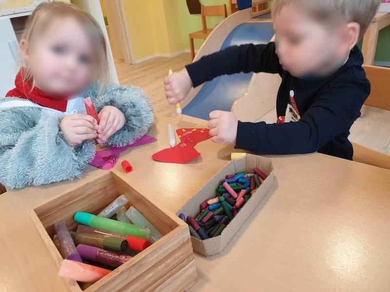 Wir basteln eine Clown Krawatte - Kinderkrippe und Waldkinderkrippe Blüemli in Zürich Witikon